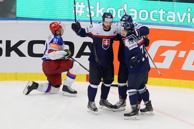 Na snímke slovenský hokejista Marián Gáborík (druhý zľava) sa teší po strelení vyrovnávajúceho gólu na 2:2