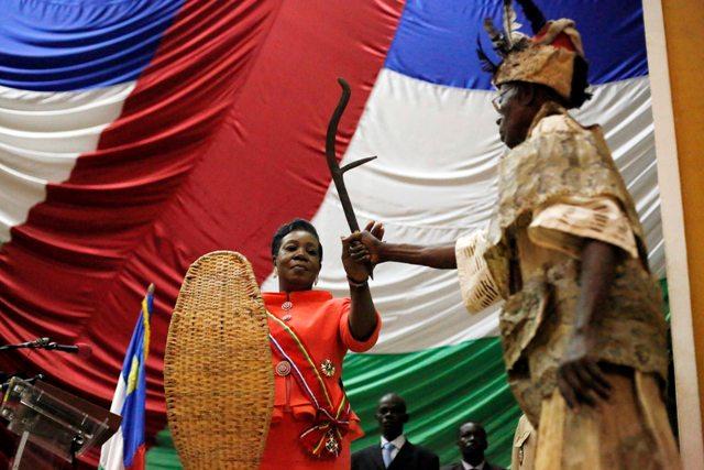 Na snímke dočasná prezidentka Stredoafrickej republiky (SAR) Catherine Sambová-Panzová (uprostred)