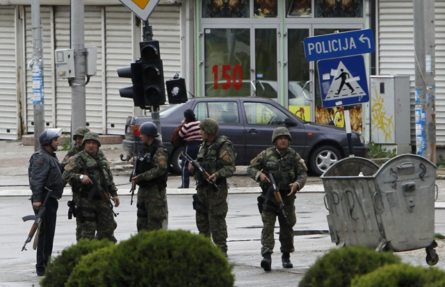 Na snímke policajti sú na ulici v macedónskom meste Kumanovo, kde prebiehali boje medzi policajnými silami a členmi ozbrojenej skupiny