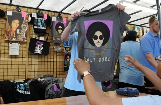 Na snímke Karen Howardová si pozerá tričko pred koncertom speváka Princea