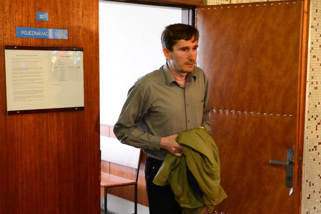 Na snímke Oto Žarnay vychádza z pojednávacej miestnosti