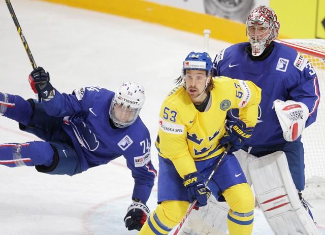 Na snímke švédsky hráč Andreas Thuresson (v strede) medzi francúzskym brankárom Cristobalom Huetom (vpravo) a Nicolasom Beschom (vo vzduchu)