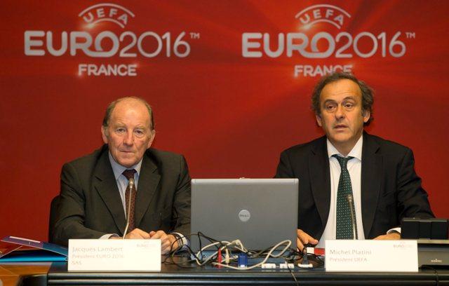 Na snímke prezident UEFA Michel Platini (vpravo) a prezident organizačného výboru EURO 2016  Jacques Lambert