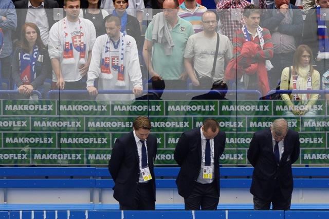 Na snímke zľava sklonené hlavy asistenta trénera Vladimíra Országha, lekára Jána Grauzela a trénera Vladimíra Vůjtka po zápase základnej B-skupiny USA - Slovensko