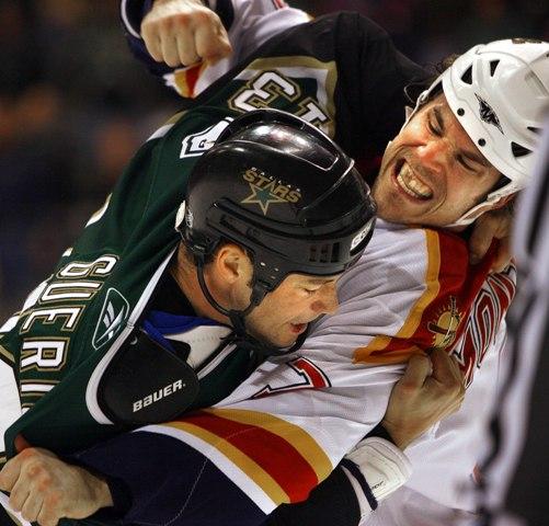 Na snímke Steve Montador (vpravo) z Floridy Panthers a Bill Guerin z Dallasu Stars v súboji počas zápasu zámorskej NHL v Dallase
