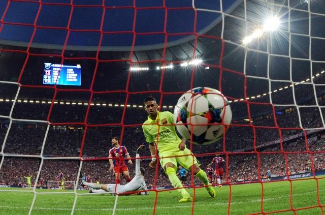 Na snímke vpravo brazílsky útočník Barcelony Neymar strieľa svoj úvodný gól, uprostred dole prekonaný brankár Bayernu Manuel Neuer v odvetnom zápase semifinále futbalovej Ligy majstrov Bayern Mníchov - FC Barcelona