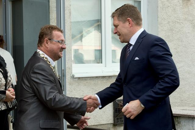 Na snímke vľavo starosta Špačiniec pri Trnave Július Zemko víta predsedu vlády SR Roberta Fica (vpravo)