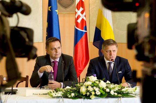 Na snímke vpravo predseda vlády SR Robert Fico a vľavo podpredseda vlády SR, minister financií Peter Kažimír