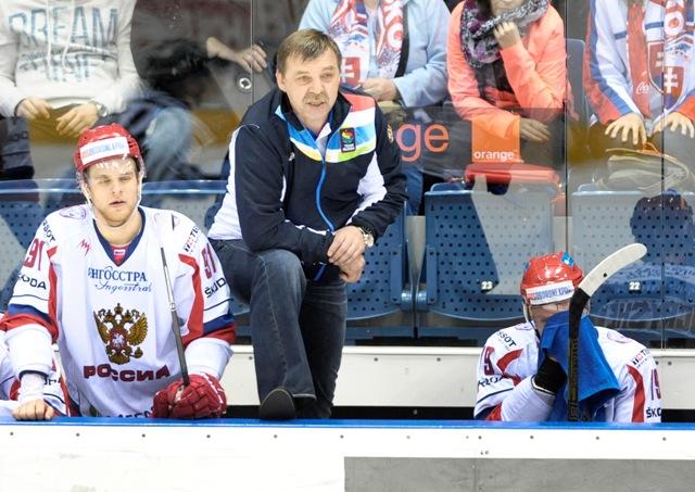 Na snímke uprostred tréner Ruska Oleg Znarok