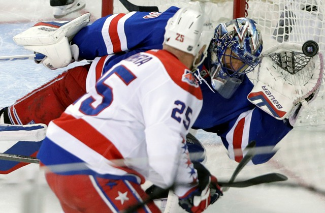 Na snímke brankár New Yorku Rangers Henrik Lundqvist chytá strelu hráča Wahingtonu Capitals
