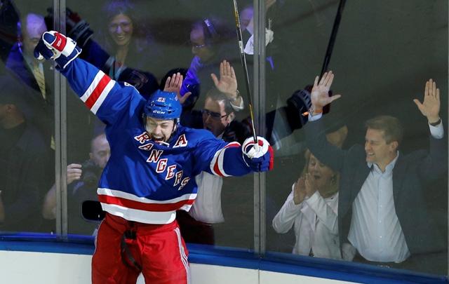 Na snímke hokejista New Yorku Rangers Derek Stepan sa teší po strelení víťazného gólu v predĺžení