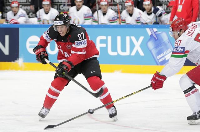 Na snímke kanadský hokejista Sidney Crosby (vľavo) a Bielorus Ivan Usenko vo štvrťfinálovom zápase Kanada - Bielorusko