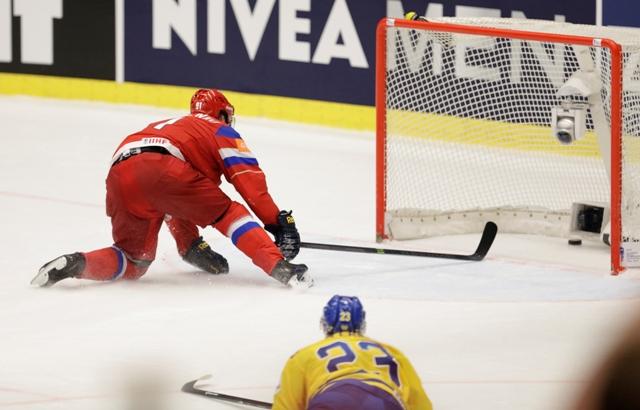 Na snímke ruský útočník Vladimir Tarasenko dáva piaty gól do opustenej švédskej bránky