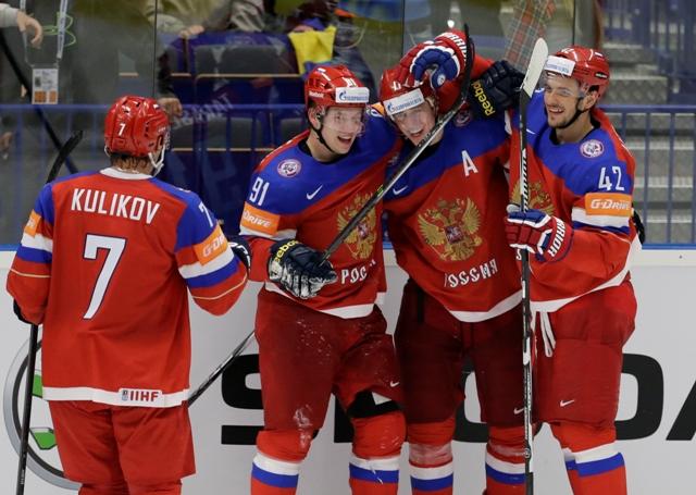 Na snímke ruský útočník Jevgenij Malkin sa teší (v strede) sa teší so spoluhráčmi so svojho gólu