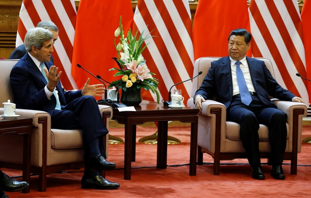 Na snímke americký minister zahraničných vecí John Kerry (vľavo) a čínsky prezident Si Ťin-pching
