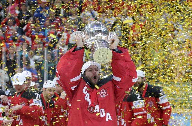 Na snímke kanadský brankár Mike Smith drží nad hlavou pohár majstrov sveta na 79. majstrovstvách sveta v Prahe