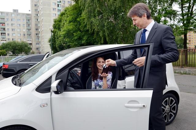 Na snímke primátor Hlavného mesta SR Bratislavy Ivo Nesrovnal (vpravo) a riaditeľka krízového centra Miriam Jamrišková počas preberania nového automobilu v Bratislave