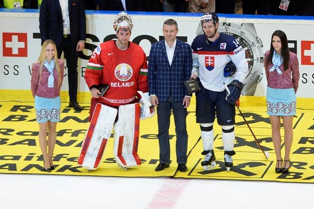 Na snímke predseda NR SR Peter Pellegrini odovzdal cenu najlepším hráčom zápasu