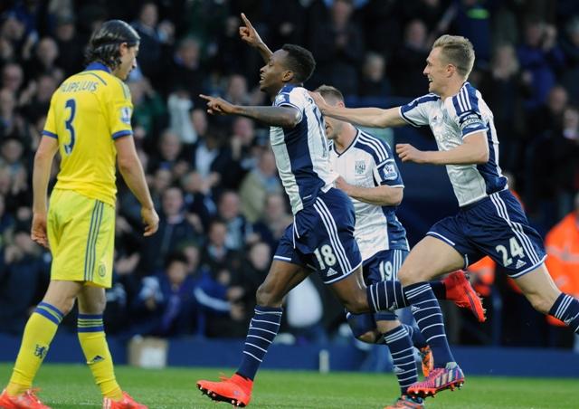 Na snímke Saido Berahino (uprostred) z West Bromwichu sa raduje z gólu na 1:0 proti Chelsea Londýn