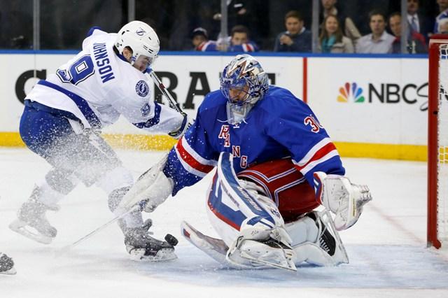 Na snímke útočník Tampy Tyler Johnson strieľa gól brankárovi Rangers Henrikovi Lundqvistovi