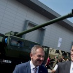 Na snímke vpravo minister obrany SR Martin Glváč a vľavo generálny riaditeľ DMD Group Viliam Dubovický po slávnostnom prestrihnutí pásky ľahkej vezenej húfnice 155 mm/52 cal. EVA na výstave obrannej techniky IDET v Brne