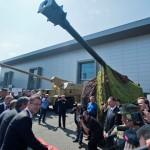 Na snímke vľavo minister obrany SR Martin Glváč počas slávnostného prestrihnutia pásky ľahkej vezenej húfnice 155 mm/52 cal. EVA na výstave obrannej techniky IDET v Brne