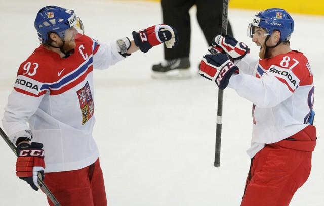 Na snímke eský hokejista Jakub Voráček (vľavo)