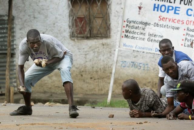 Na snímke demonštranti v meste Bujumbura