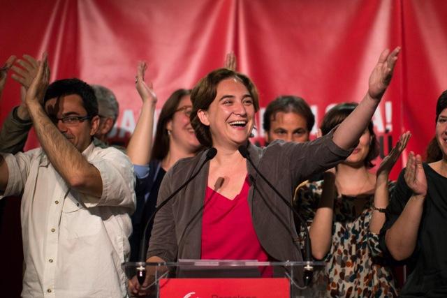 Na snímke líderka španielskej ľavicovej koaličnej strany Barcelona spoločne Ada Colauová (v strede)