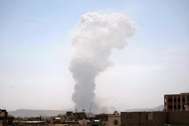 Na snímke sym stúpa počas leteckého útoku saudsko-arabských vzdušných síl na muničnú základňu v Saná