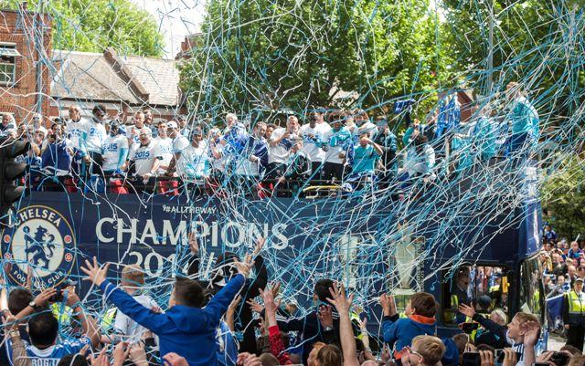 Na snímke ráči Chelsea počas osláv titulu v uliciach pri domovskom štadióne Stamford Bridge v Londýne