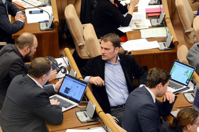 Na snímke uprostred poslanec NR SR Igor Matovič (OĽaNO)
