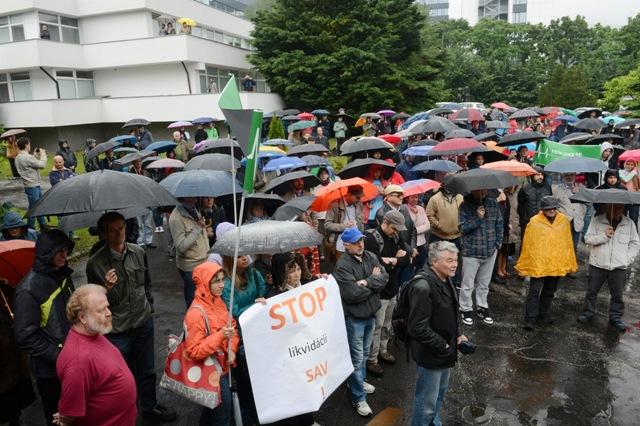 Na snímke pohľad na protestné zhromaždenie, v popredí transparent s nápisom STOP likvidácii SAV