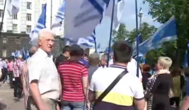 Pred budovou vlády v Kyjeve sa dnes konajú hneď dva mítingy