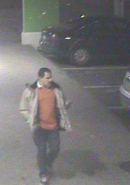 Na snímke neznámy páchateľ krádeže, ku ktorej došlo 8. marca 2015 na bratislavských Kramároch
