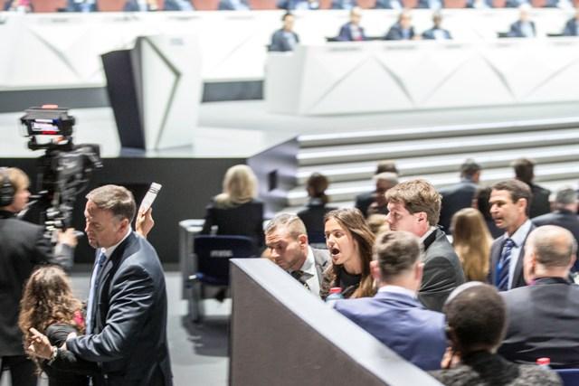 Na snímke chrankári odvádzajú dve demonštrantky počas 65. kongresu  Medzinárodnej futbalovej federácie (FIFA) v Zürichu