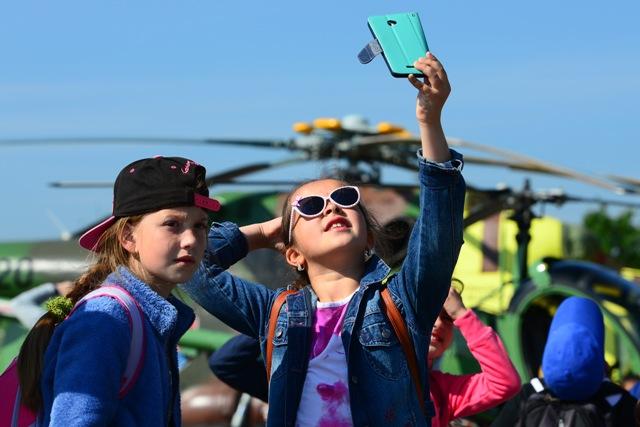 Na snímke dievčatá sa fotia mobilným telefónom počas Dňa otvorených dverí na vojenskom letisku v Prešove