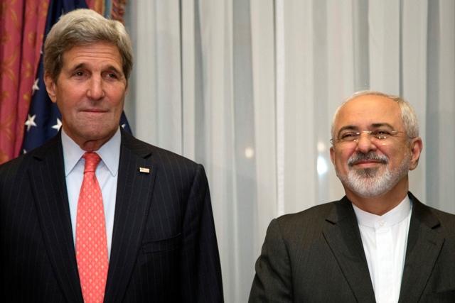 Na snímke americký minister zahraničných vecí John Kerry (vľavo) so svojím iránskym rezortným partnerom Mohammadom Džavádom Zarífom