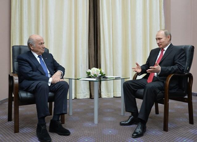 Na snímke vpravo ruský prezidenr Vladimir Putin a vľavo prezident Medzinárodnej futbalovej federácie (FIFA) Joseph Blatter