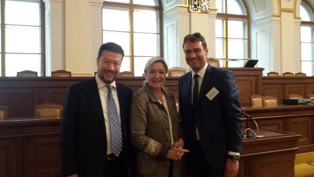 Na snímke zľava Tomio Okamura, Marine Le Penová
