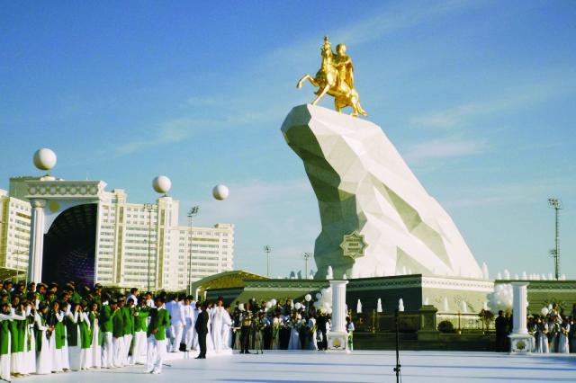 Monumentálna 21-metrová zlatom pokrytá jazdecká socha, ktorá sa týči na vrcholku masívneho mramorového podstavca, zobrazuje prezidenta Berdymuhamedova sediaceho na kráčajúcom koni so zdvihnutou pravou pažou