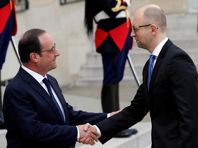 Na snímke francúzsky prezident Francois Hollande (vľavo) a ukrajinský premiér Arsenij Jaceňuk