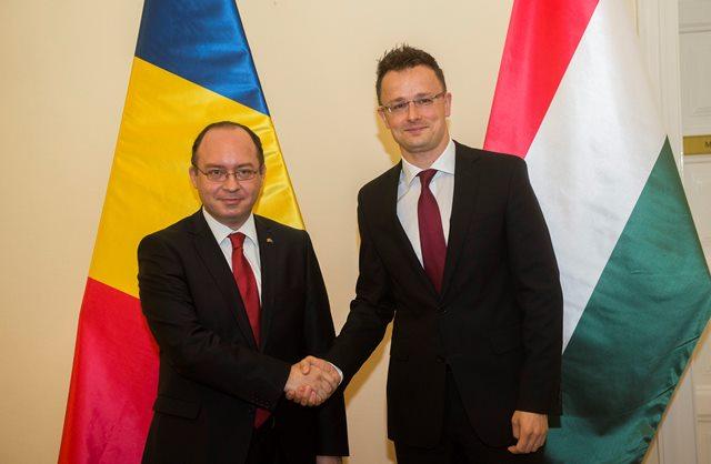 Na snímke maďarský minister zahraničných vecí a vonkajších ekonomických vzťahov Péter Szijjártó (vpravo) si podáva ruku so svojím rumunským rezortným partnerom Bogdanom Aurescuom