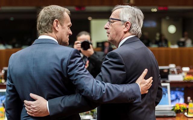 Na snímke predseda Európskej rady Donald Tusk (vľavo) sa rozpráva s predsedom Európskej komisie Jeanom-Claudeom Junckerom