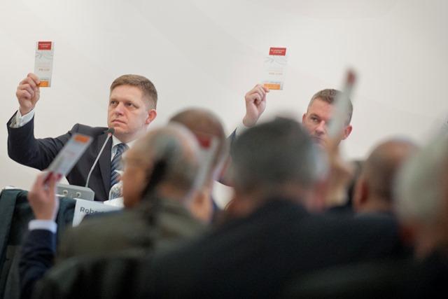 Na snímke zľava predseda strany SMER-SD Robert Fico a podpredseda strany SMER-SD Peter Pellegrini