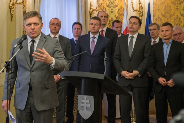 Na snímke predseda vlády Robert Fico (v popredí)