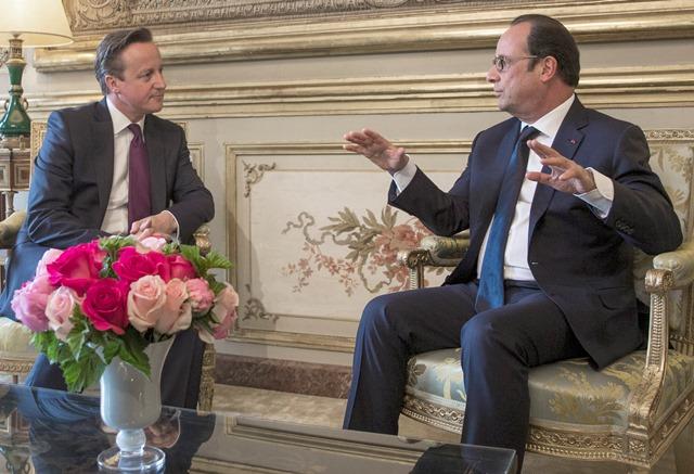 Na snímke francúzsky prezident Francois Hollande (vpravo) a britský premiér David Cameron