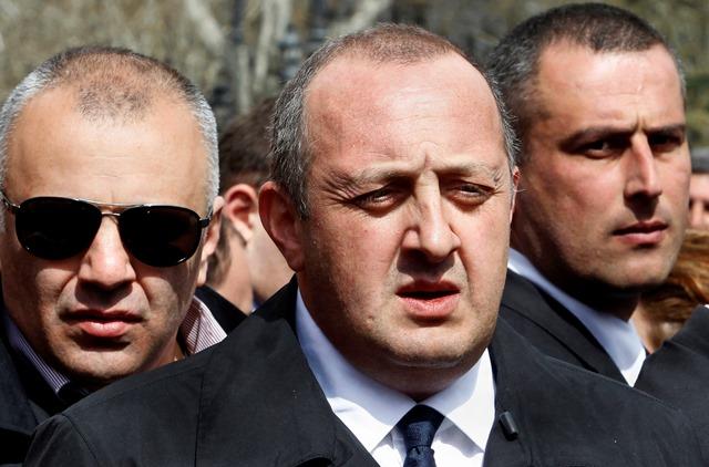Na snímke gruzínsky prezident Giorgi Margvelašvili (uprostred)