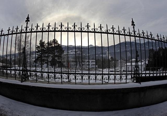JH 28 Hall -  Na snímke starý nemocnièný cintorín  v areáli psychiatrického ústavu v západorakúskom meste Hall, kde  objavili hroby z èias druhej svetovej vojny s pozostatkami 220 ¾udí. Informovala o tom 4. januára 2011 spravodajská webstránka BBC. Pochovaní sú tu zrejme pacienti ústavu zavraždení v rámci nacistického programu eutanázie zdravotne postihnutých ¾udí. FOTO TASR/AP The old hospital cemetery is pictured in Hall near Innsbruck, western Austria, on Tuesday, Jan. 4, 2011. Officials say the cemetery could contain the remains of up to 220 people killed by the Nazis and buried between 1942 and 1945. The hospital holding company said it became aware of the possibility during planning to dig up the cemetery in Hall in Tyrol province to make way for a construction project. (AP Photo/Matthias Schrader)  *** Local Caption *** hroby objavenie areál starý nemocnièný cintorín nacisti likvidácia pacienti  rakúske mesto Hall zavraždenie súèas nacistický program eutanázie postihnutí ¾udia