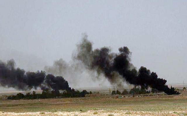 Na snímke zverejnenej na webstránke militantov Islamského štátu (IS), čierny dym stúpa počas bojov medzi militantmi Islamského štátu a sýrskymi vládnymi silami na ceste medzi mestami Homs a Palmýra